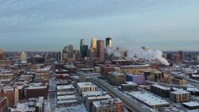 Flyover Minneapolis przy zmierzchem - zima pejzaż miejski zbiory