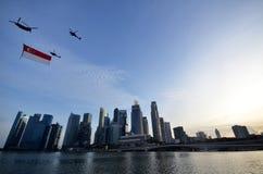 Flypast της σημαίας της Σιγκαπούρης κατά τη διάρκεια του pra παρελάσεων εθνικής μέρας Στοκ Εικόνες