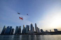 Flypast της σημαίας της Σιγκαπούρης κατά τη διάρκεια του pra παρελάσεων εθνικής μέρας Στοκ φωτογραφία με δικαίωμα ελεύθερης χρήσης