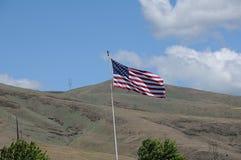 Flys de drapeau d'Amican au-dessus des collines de clarkston photo stock