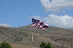 Flys della bandiera di Amican sopra le colline del clarkston immagini stock