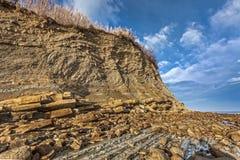 Flysch βράχοι απότομων βράχων στην ακτή Στοκ Φωτογραφίες