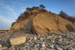 Flysch βράχοι απότομων βράχων στην ακτή Στοκ Εικόνες