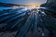 Flysch in Barrika strand dat donker wordt Stock Foto