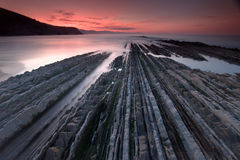 Flysch in strand Zumaia´s Stock Afbeelding
