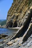 Flyschfelsen auf der Küste im Wasser stockfotos