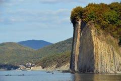Flyschfelsen auf der Küste im Wasser lizenzfreie stockfotos
