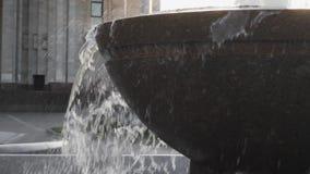 Flytande för sten för springbrunnvattenfallbakgrund lager videofilmer