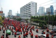 flytta ner skjortan för vägen för petchburiprotestors den röda royaltyfri foto