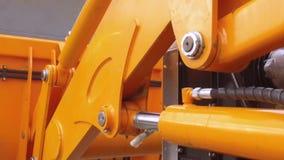 Flytta sig av den hidraulic delen för traktor` s lager videofilmer