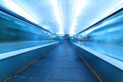 flytta sig för flygplatsrulltrappa Arkivfoton