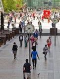 Flytta sig för kontorsfolk som är snabbt att få arbeta på ottan i den Canary Wharf arian Arkivbild