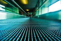 flytta sig för rulltrappa Arkivfoto