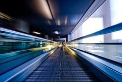 flytta sig för rulltrappa Arkivfoton