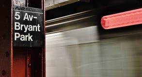 Flytta sig för snälltåg för New York City MTA Fifth Avenue Bryant Park Train Station Platform royaltyfri fotografi