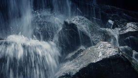 Flytta sig förbi den ojämna bergvattenfallcloseupen stock video