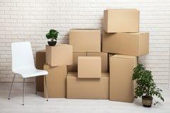 Flytta sig in i en ny lägenhet Flytta massor av kartonger i en tom ny lägenhet Royaltyfria Foton