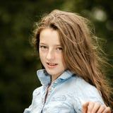 Flytta sig in i vuxenliv tonårs- utomhus- stående för flicka arkivfoton