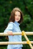 Flytta sig in i vuxenliv tonårs- utomhus- stående för flicka royaltyfria bilder