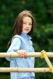 Flytta sig in i vuxenliv tonårs- utomhus- stående för flicka royaltyfria foton