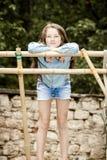 Flytta sig in i vuxenliv tonårs- utomhus- stående för flicka royaltyfri foto