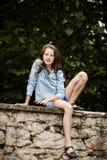 Flytta sig in i vuxenliv tonårs- utomhus- stående för flicka royaltyfri fotografi