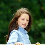 Flytta sig in i vuxenliv tonårs- utomhus- stående för flicka arkivbilder