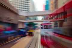 Flytta sig till och med den moderna stadsgatan Hong Kong royaltyfria foton