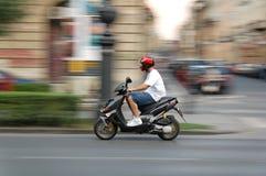 flytta sparkcykeln Fotografering för Bildbyråer