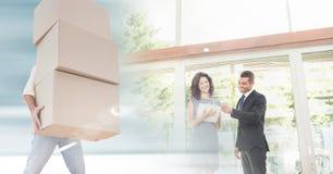 flyttande askar för folk in i nytt hem med tangent royaltyfri foto