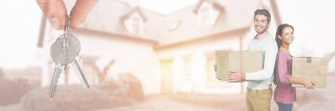 flyttande askar för folk in i nytt hem med tangent Arkivfoton
