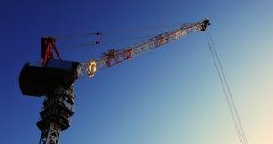 Flyttande kranar på under-konstruktionen i Ariake Tokyo på skymning stock video