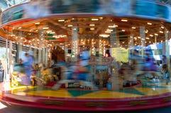 Flyttande Marry går den runda karusellen i rörelsesuddighet Fotografering för Bildbyråer
