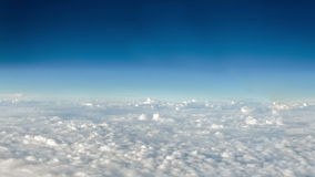 Flyttande moln och djupblå himmel stock video