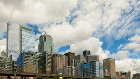 Flyttande moln och himmel över Seattle i stadens centrum cityscape med motorvägen trafikerar tidschackningsperiod för uhd 4k lager videofilmer