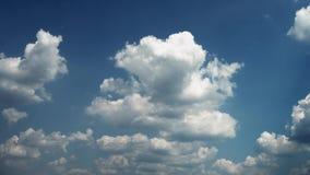 Flyttande moln och tidschackningsperiod för blå himmel 4K stock video