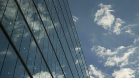Flyttande moln reflekterar på kontorsfönster lager videofilmer
