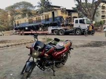Flyttande motor för WCAM 3 på den kalyan järnväg godsstationen royaltyfria foton