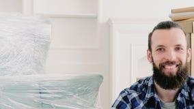 Flyttande ny lägenhet för hem- lycklig ung grabb stock video