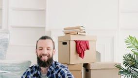 Flyttande nytt modernt boende för hem- lycklig grabb stock video