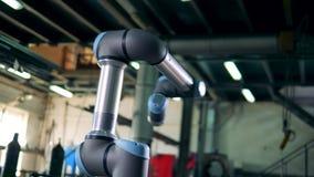 Flyttar sig den bioniska apparaten för metall omkring stock video