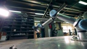 Flyttar sig den robotic apparaten för metall omkring mekaniskt lager videofilmer
