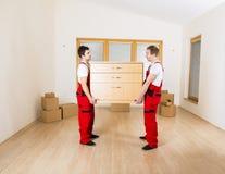 Flyttkarlar i nytt hus fotografering för bildbyråer