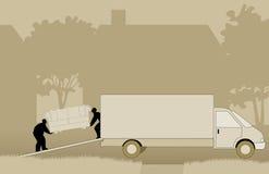 Flyttkarlar som lyfter soffan in i den rörande skåpbilen Royaltyfria Foton