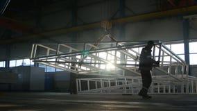Flyttning för konstruktion för anställdhåll enorm, genom att lyfta kranen arkivfilmer