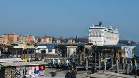 Flyttning för kryssningskepp till och med den Guidecca kanalen i Venedig, Italien Venedig placeras över en grupp av 117 lilla öar Royaltyfri Foto