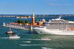 Flyttning för kryssningskepp till och med den San Marco kanalen i Venedig, Italien Royaltyfri Fotografi
