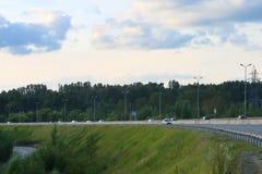 Flyttning för många modern bilar på den moderna huvudvägen Royaltyfri Fotografi