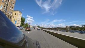 Flyttning för Tid schackningsperiod som kör på St Petersburg vägar Hyperlapse på solig sommardag arkivfilmer