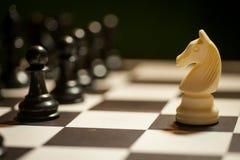 Flyttning för vit häst för schack arkivfoto